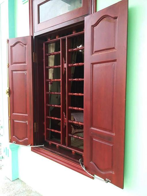 Cửa sổ làm bằng gỗ tự nhiên