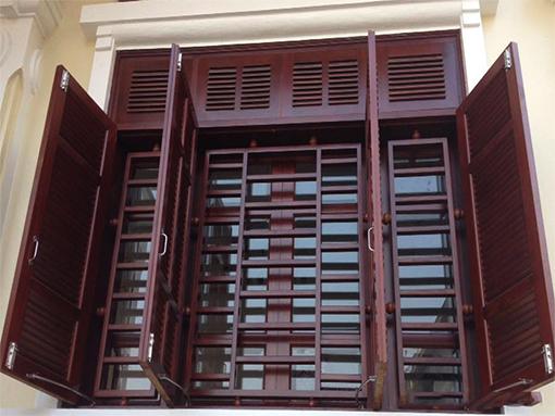 Mẫu cửa 4 cánh bằng gỗ đẹp song sắt sơn màu cửa
