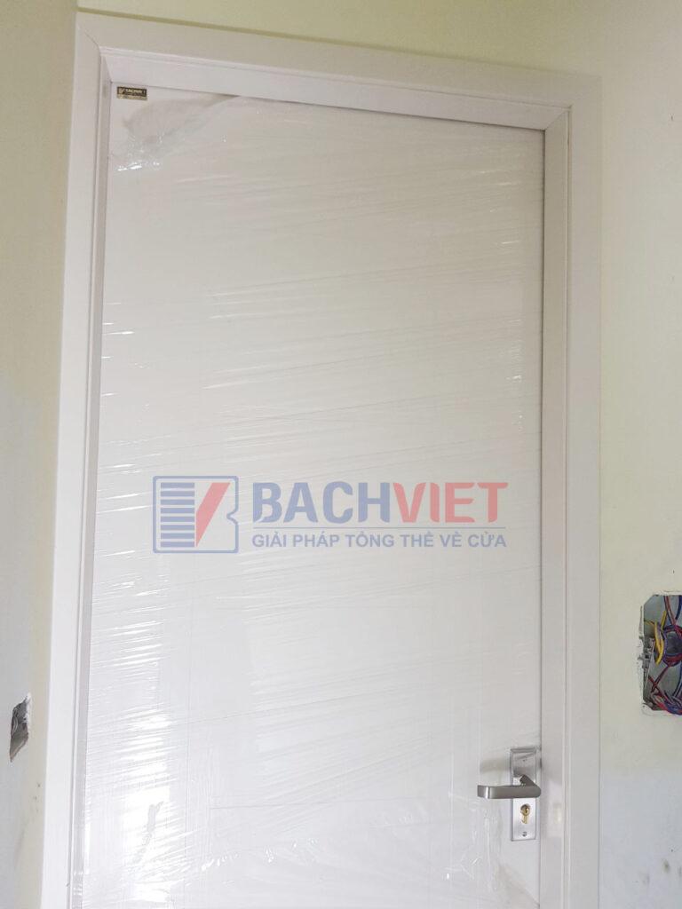 Công trình cửa gỗ Gravo màu trắng của anh Nam