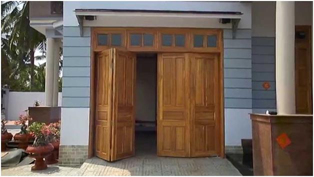Cửa gỗ 4 cánh cho cửa đi luôn là sự lựa chọn của nhiều gia đình