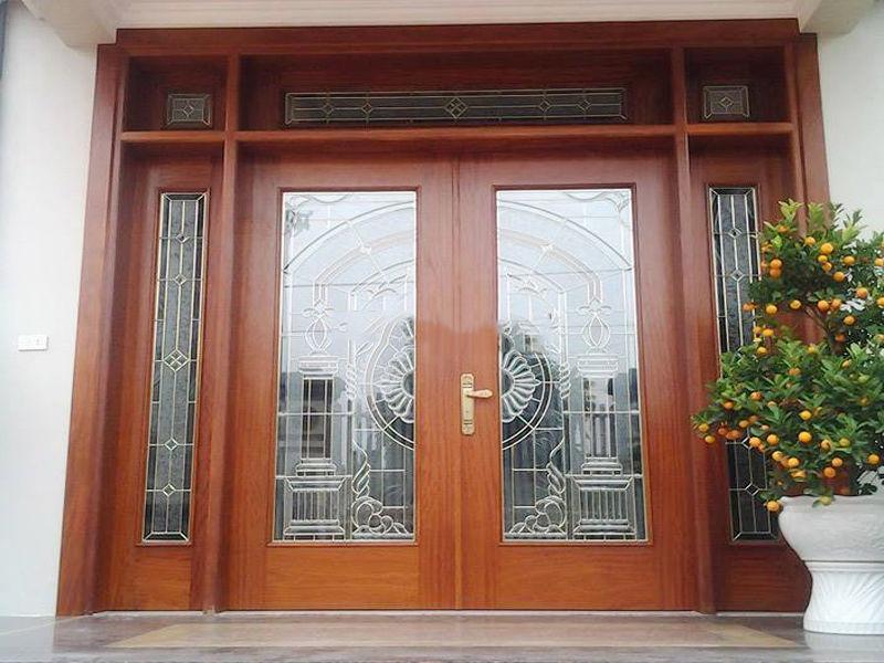 Mẫu cửa chính là gỗ tự nhiên và kính cường lực