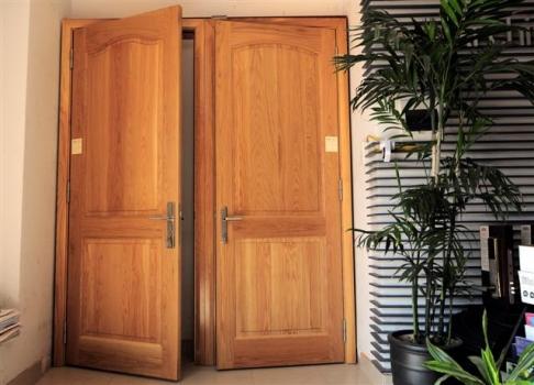 Mẫu cửa gỗ dổi đẹp
