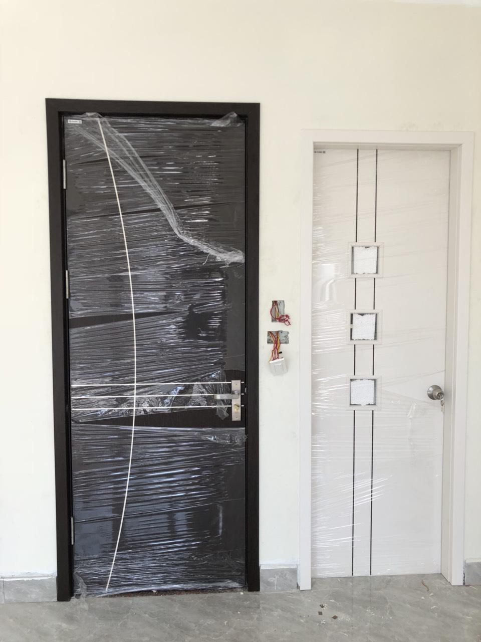 Lắp đặt cửa gỗ thông phòng và cửa gỗ chịu nước phòng tắm tại Long Biên