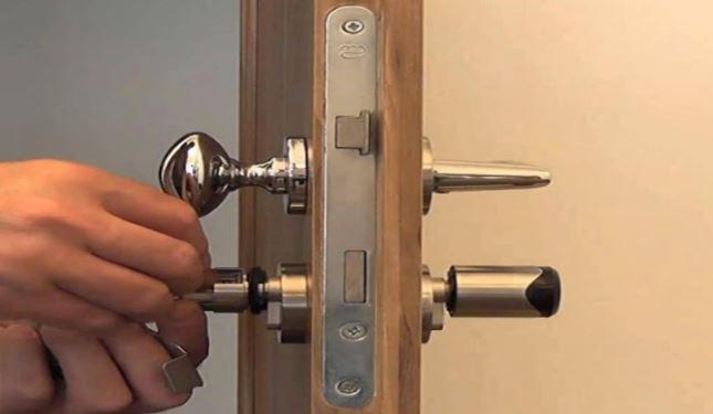 Cách thay ổ khóa cửa gỗ đơn giản tại nhà