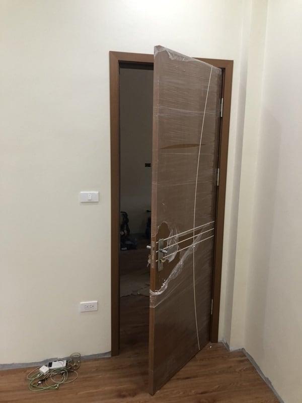 Mẫu cửa gỗ phòng ngủ màu cánh gián mã màu LA108