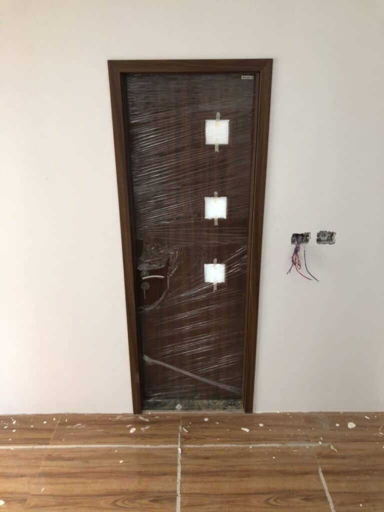 Mẫu cửa gỗ nhà tắm có pano kính